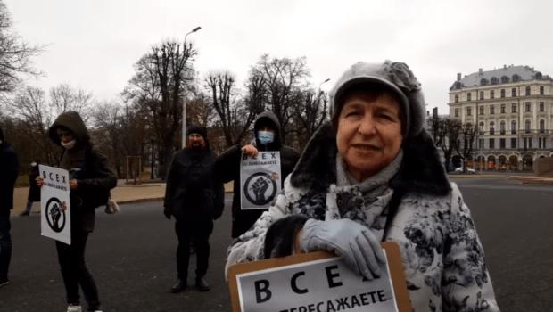 В Риге провели пикет против обысков и задержаний русскоязычных журналистов