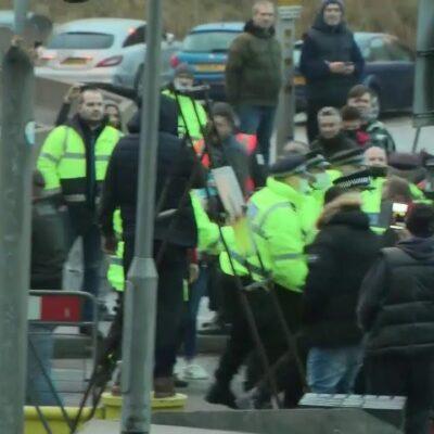 Водители грузовиков, застрявшие на границе в британском Дувре, устроили потасовки