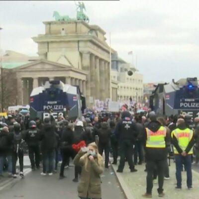В центре Берлина произошли столкновения противников карантинных ограничений с полицией