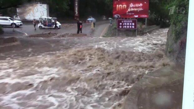 В китайском городе Чжэнчжоу 12 человек погибли в затопленном поезде метро