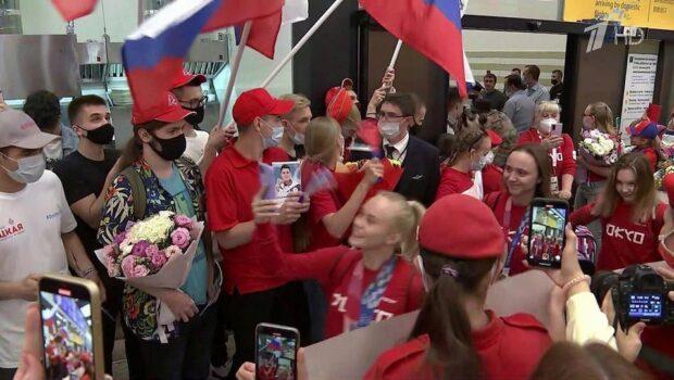 Для вернувшихся на родину спортсменов прямо в аэропорту прозвучал гимн России