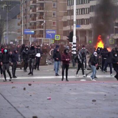 В Нидерландах, где вслед за тотальным карантином на днях ввели комендантский час, прошли протесты