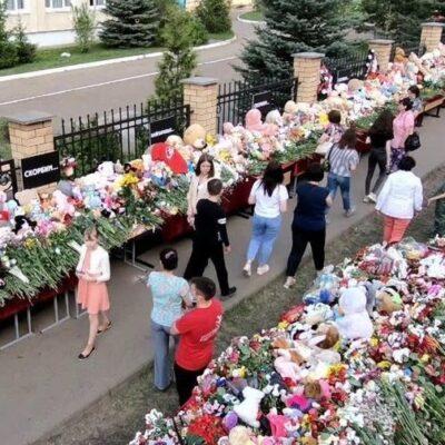 Миллионы людей по всей России скорбят по погибшим в результате нападения на казанскую гимназию