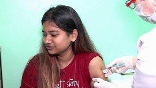 В ряде российских регионов ужесточают коронавирусные меры и вводят обязательную вакцинацию