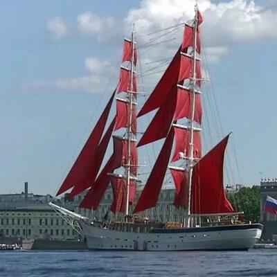 В Санкт-Петербурге в акваторию Невы вошел двухмачтовый бриг под алыми парусами