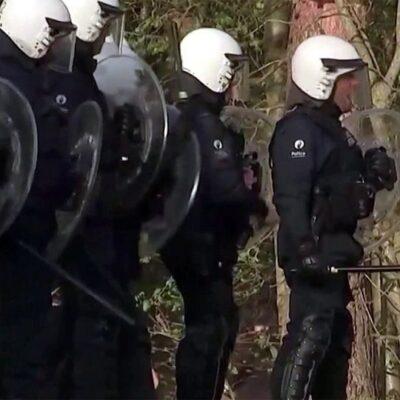 В Брюсселе первоапрельская шутка блогеров закончилась столкновениями с полицией из-за нарушения антиковидных мер