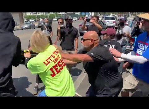 В США уличные драки и столкновения с полицией из-за инцидента с трансгендером в спа-салоне
