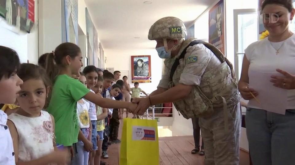 Российские миротворцы в преддверии нового учебного года устроили гуманитарную акцию для школьников Нагорного Карабаха