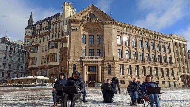 Рижане вышли на акцию протеста против запрещения российских телеканалов