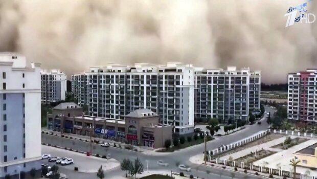 Завораживающие кадры из Китая: по юго-восточным провинциям прокатилась песчаная буря