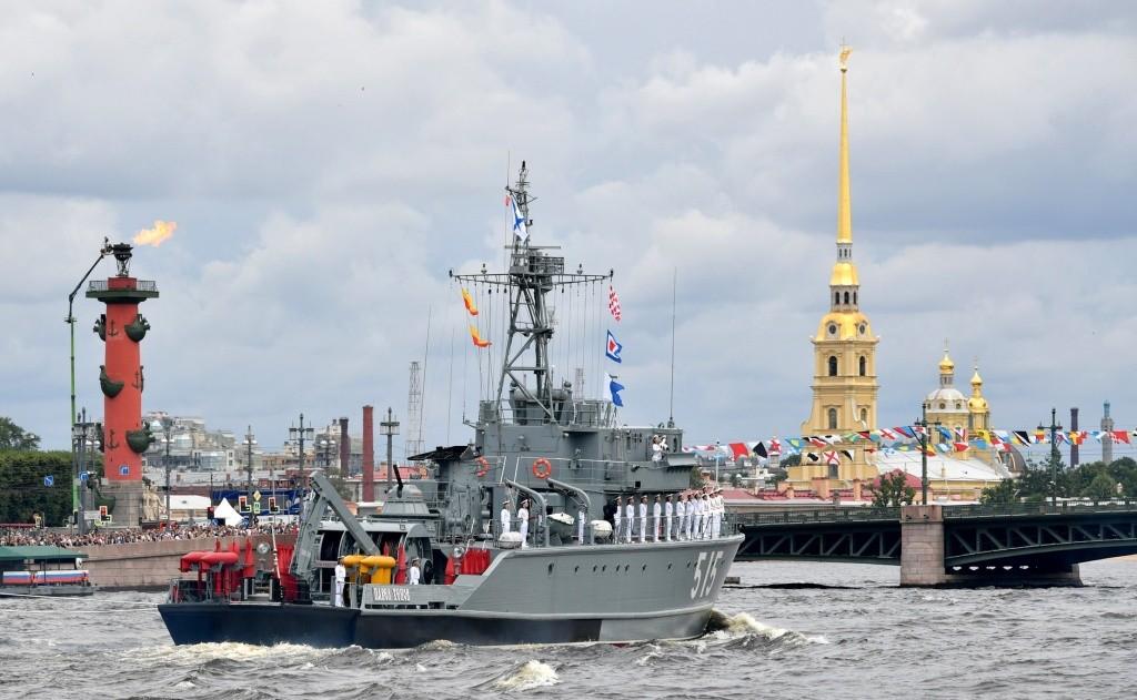 Военно-морской парад состоялся в российских городах
